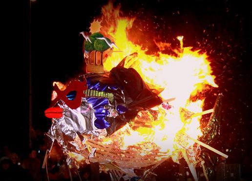 Las viudas del Carnaval de la Luz acompañaron ayer a la sardina en su quema